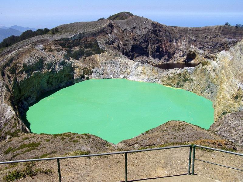Озера, меняющие цвет в кратере вулкана Келимуту. Фото