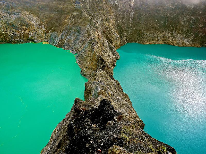 Озеро, меняющее цвет в кратере Келимуту. Индонезия