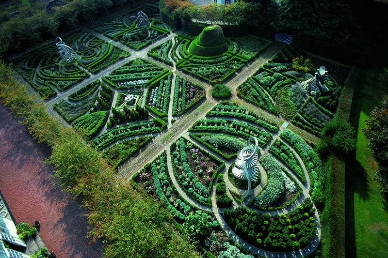 Сад-Вселенная Чарльза Дженкса в Шотландии