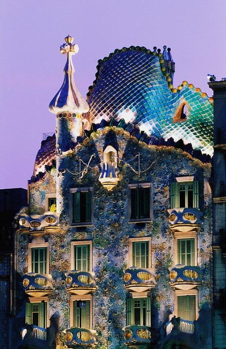Шедевр Антонио Гауди. Дом Бальо. Испания. Фото
