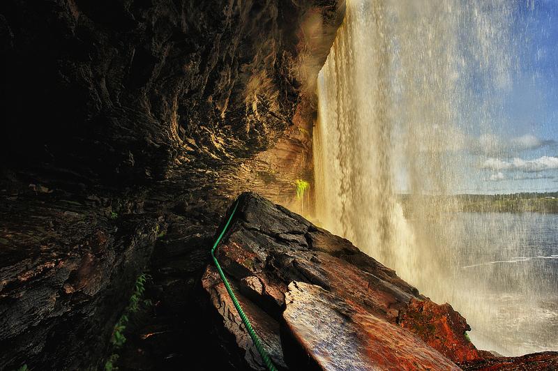 Дорожка между водопадом и скалой в парке Канайма. Фото