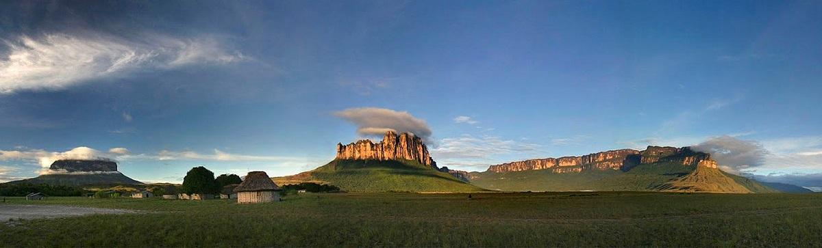 Панорамный вид на тепуи из долины. Фото