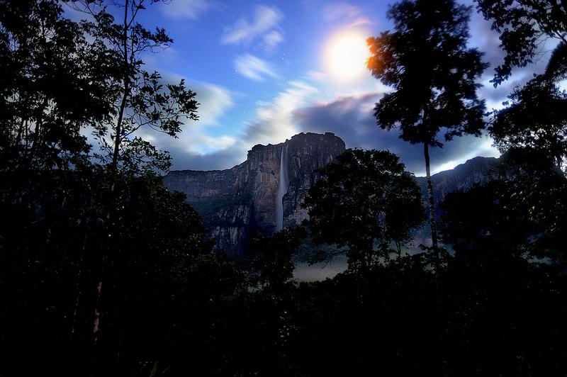 Водопад Анхель, падающий со столовой горы Ауянтепуи. Фото