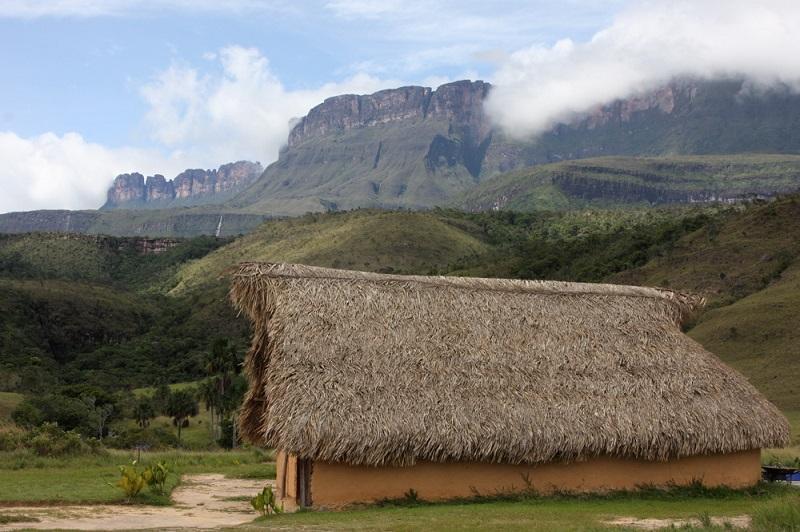 Лагуна в парке Канайма:  Национальный парк Канайма в Венесуэле. Каньон Кавак. Фото