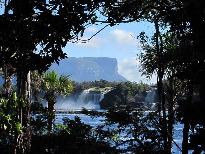 Дорожка между водопадом и скалой в парке Канайма. Фото  Национальный парк Канайма в Венесуэле. Лагуна. Фото