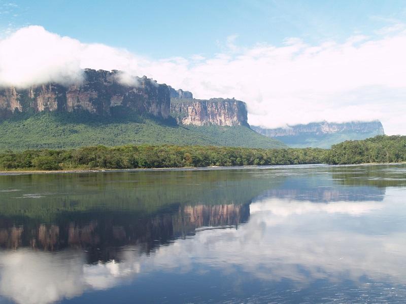 Национальный парк Канайма в Венесуэле. Лагуна. Фото