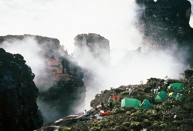 Дорожка между водопадом и скалой в парке Канайма. Фото  Национальный парк Канайма в Венесуэле. Фото