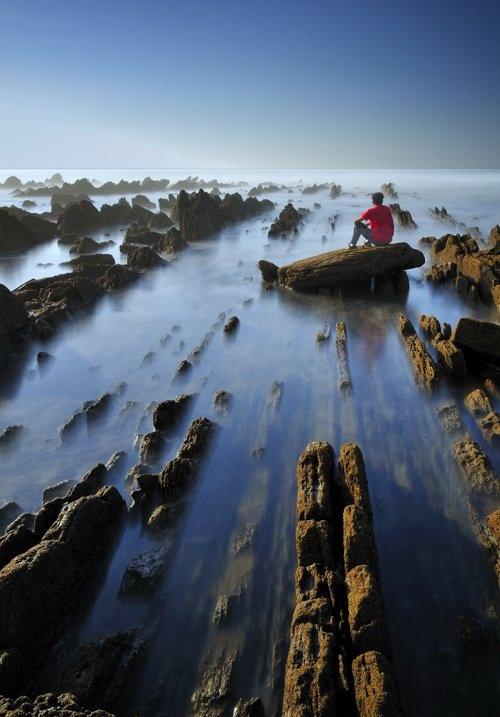 Необычные геологические образования на побережье Бискайского залива. Испания. Фото