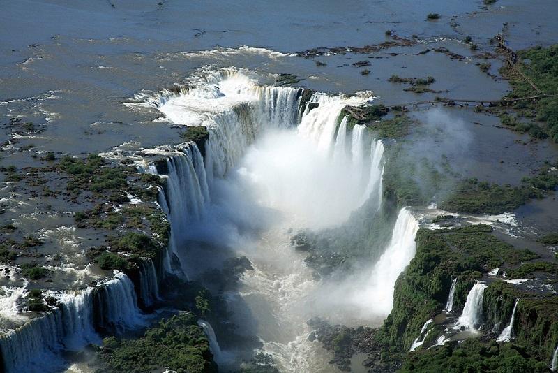 Водопады Игуасу в Бразилии. Вид сверху