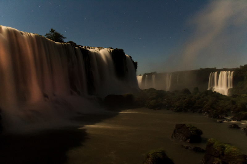 Ночная радуга. Водопады Игуасу. Фото