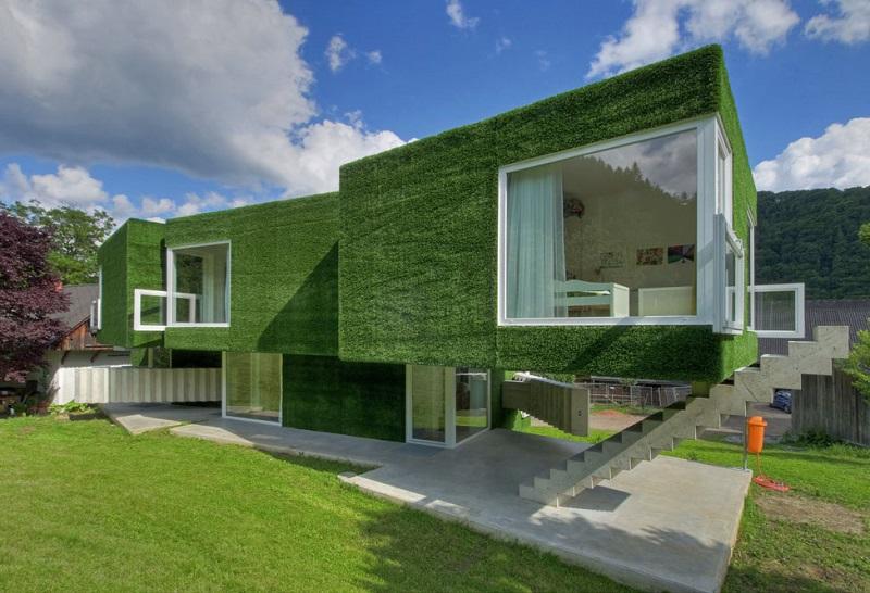Необычный зеленый дом в Австрии, покрытый искусственной травой