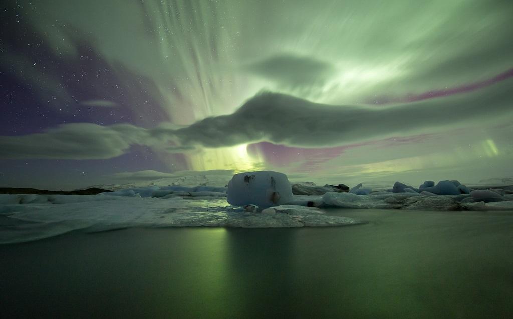 Северное сияние над ледниковым озером Йокульсарлон в Исландии. Фото