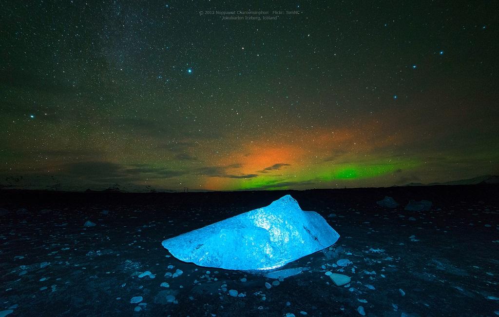 Северное сияние над ледниковой лагуной Йокульсарлон в Исландии. Фото