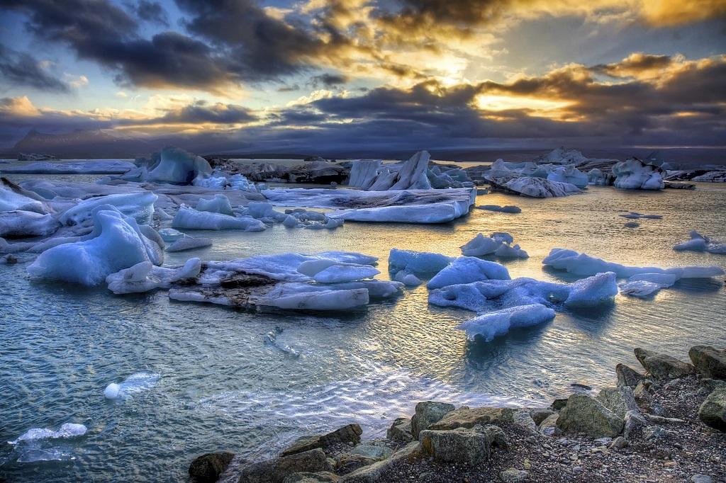 Красивый закат над ледниковым озером Йокульсарлон в Исландии. Фото