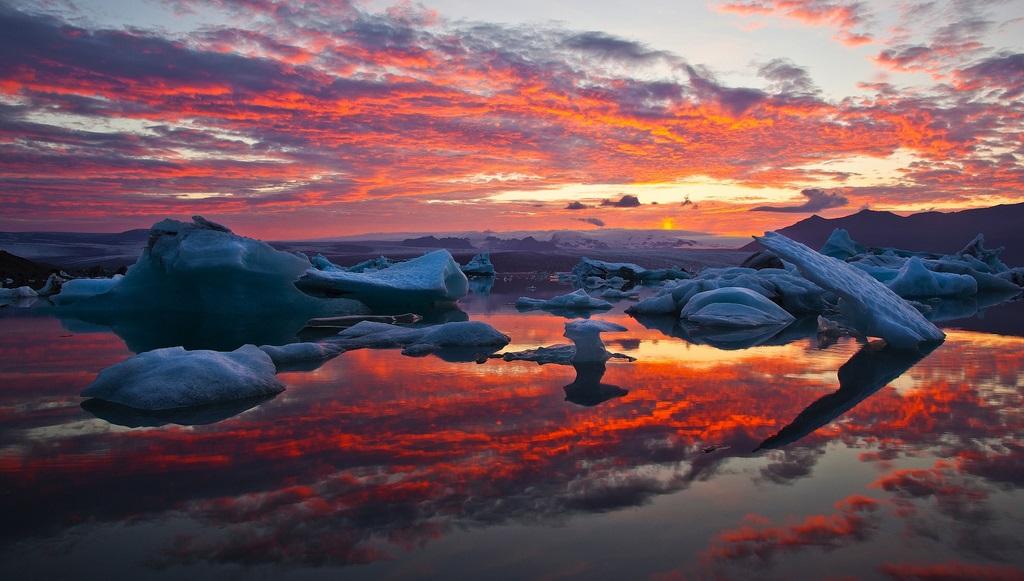 Красивый закат над ледниковой лагуной Йокульсарлон. Исландия. Фото