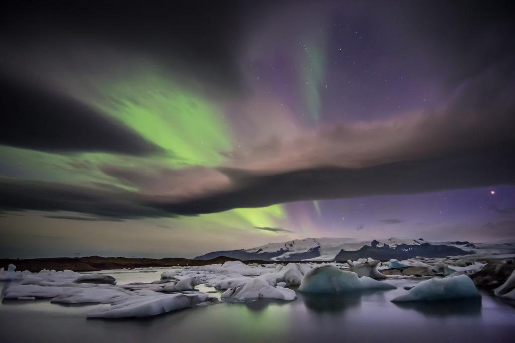 Красивое северное сияние над ледниковой лагуной Йокульсарлон. Исландия. Фото