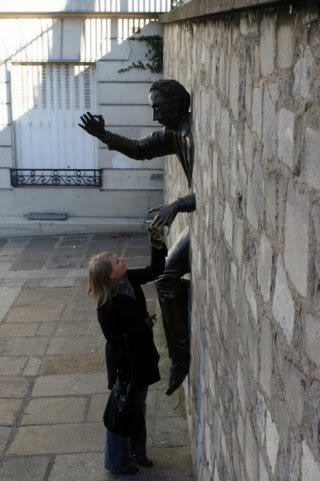 Памятник человеку, застрявшему в стене. Фото