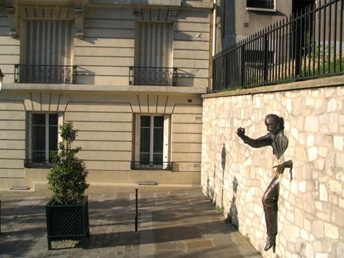 Памятник человеку, проходящему сквозь стены. Фото