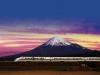 Самый быстрый поезд в мире на фоне горы Фудзи (Япония)